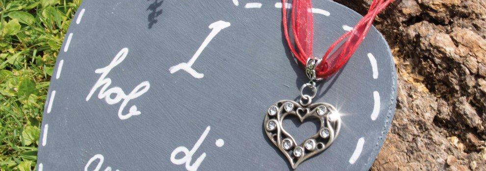 Glitzernde Herzkette