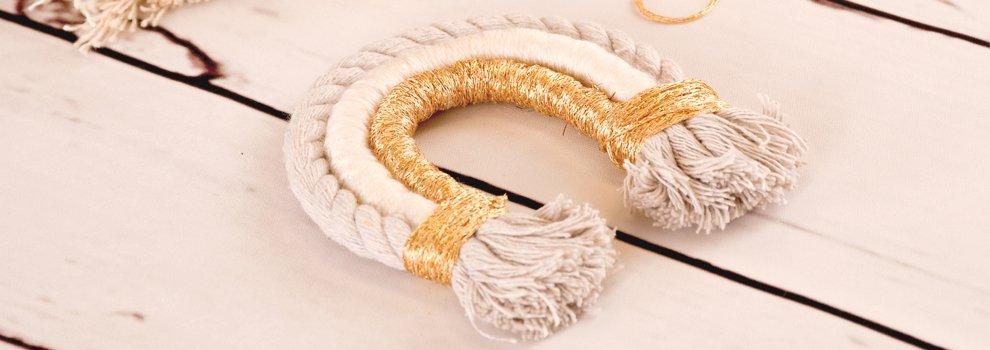 Macramé regenboog in wit en goud