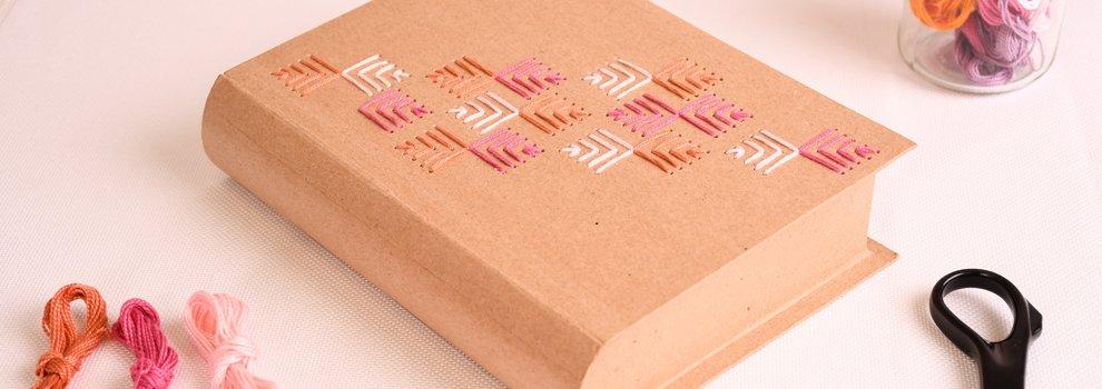 Papier-maché  pennendoos met borduurmotief