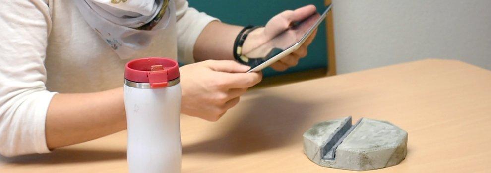 Tablet houder van beton
