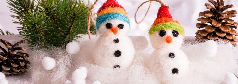 Winterse gevilte sneeuwpop
